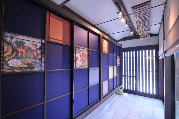 下駄箱には九谷五彩と九谷庄三の絵柄をレイアウトした襖紙。