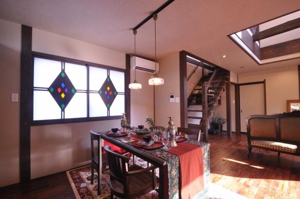 ダイニングの窓と照明のデザインを合わせて統一感を図り、アンティークな雰囲気に作り上げました。