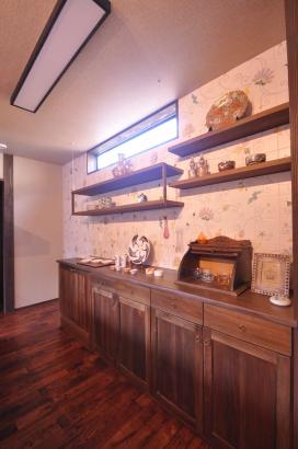 飾り棚風食器棚には九谷庄三の作品をオマージュしたタイルがかわいらしい雰囲気を出しております。