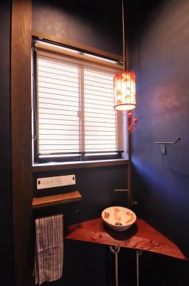 手洗い鉢と照明は金魚がテーマです。