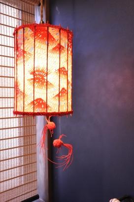 和紙と竹ひごで作り上げた手作り照明。水引で表現した金魚がポイントです。