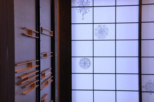 竹の節をあしらった建具と曼荼羅を描いた障子