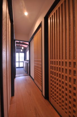格子戸が連なる廊下