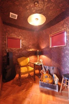 ご主人の趣味のドラム部屋。照明はシンバルで作りました。