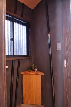 黒漆喰風の壁の中には、漆塗りの竹を施工してあります。