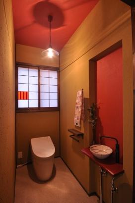 アクセントの朱色が映えるトイレ