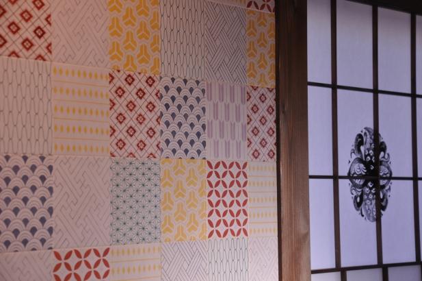 和模様を五彩色にちりばめたパッチワークを表現したオリジナルタイル