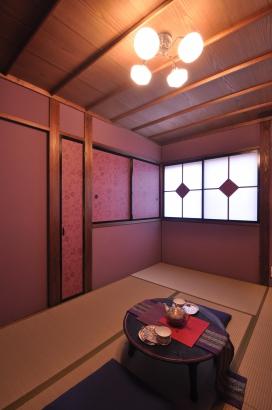 2階の客間は紫色の塗り壁で妖艶な雰囲気です。