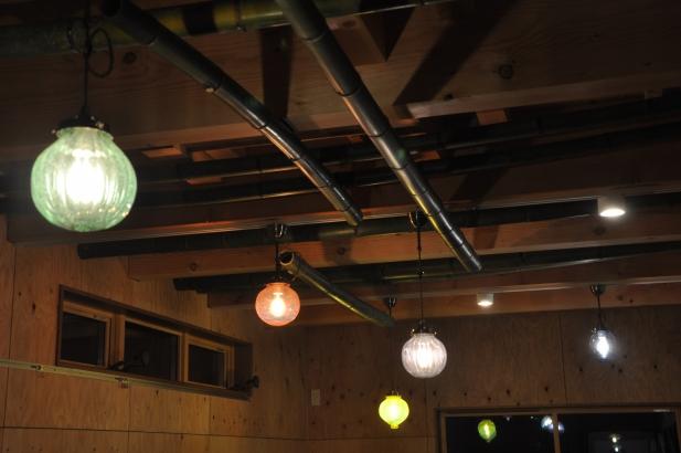 夜には、色風船のような、蛍のような照明