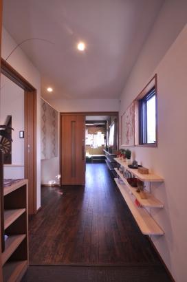 玄関から奥の寝室まで、照る利権用の飾り棚が続きます。