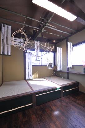 龍神の竹細工が目を引くこあがり寝室