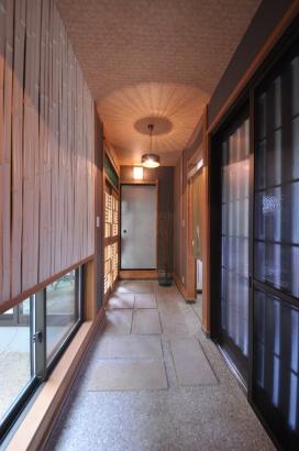 竹の半割を施工した壁がアクセントとなる通り土間