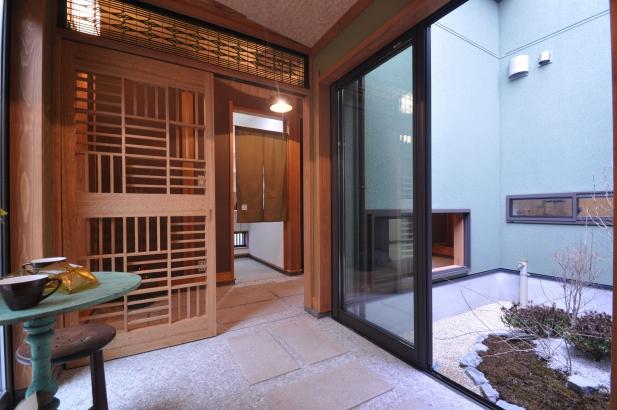 リビングの前室は土間縁側。庭を眺めながらの落ち着いた空間です。