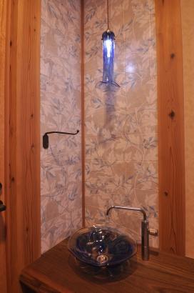 奥様の好きなブルーでコーディネートしたガラスの照明と手洗い鉢。