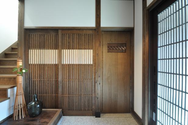 繊細な格子戸と欄間を組み込んだ建具