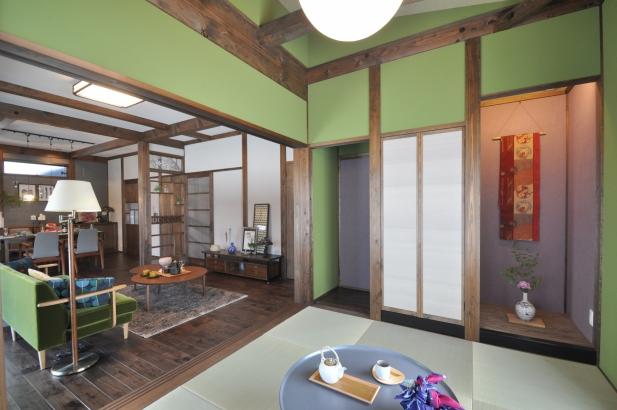 続き間の客間は普段は扉を開けて過ごします。鶯色の塗り壁は落ち着いた雰囲気です。