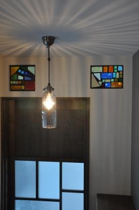 奥様のお母さまの色どり鮮やかなステンドグラスはサンルーム越しに光が降り注ぎ、美しいです。