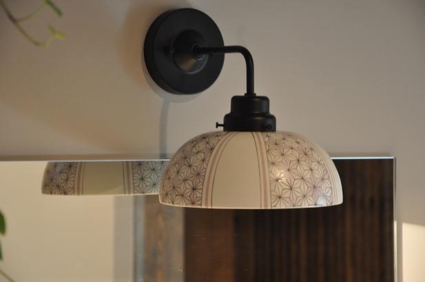 麻の葉模様をアレンジした優しい色合いの照明器具