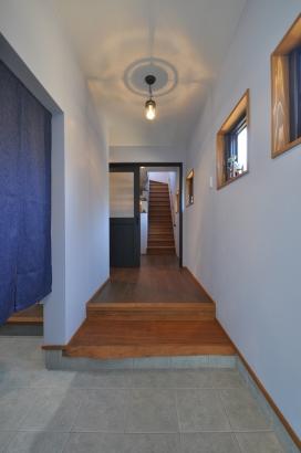 ブルーグレートーンのクールな玄関
