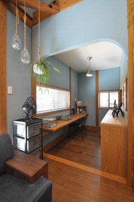 一段下がった書斎はRの垂れ壁でアクセントを付けて半個室に。