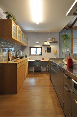 キッチン横にはカウンターがありここは、子供たちのスタディコーナーや奥様の家事スペースとして使用します。