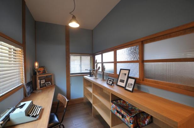 書斎と和室の間仕切りには様々なカタガラスを配置した建具。