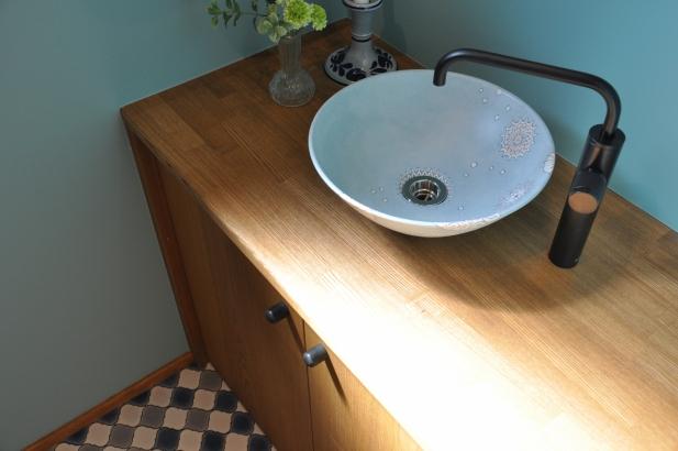 爽やかな色合いの陶器の手洗い鉢