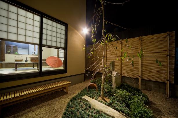 居間から見えるしだれ桜のある坪庭