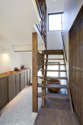 通り土間の玄関ホールから階段を上ると・・・