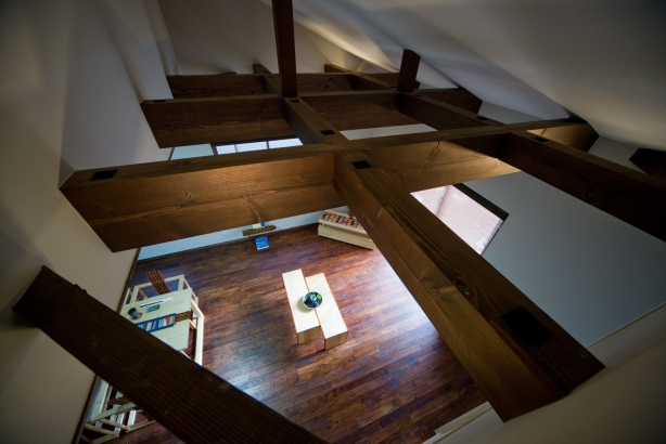 懐かしい塗装の梁が飛び交う居間の天井