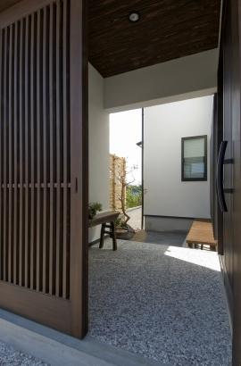 玄関の簀戸を開けると坪庭がお出迎えしてくれます。