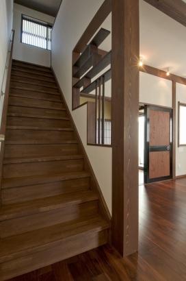 フレイデザイン代表の甲斐氏が、 階段部分に組み込んだ飾りシェルフ棚