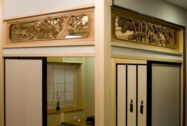 以前のお家で使われた松竹梅の素晴らしい彫り込みの欄間