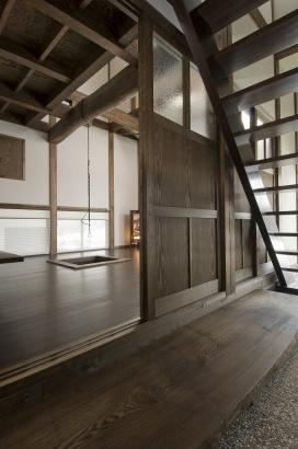 玄関土間の左側には居間、右側は寝室があります。