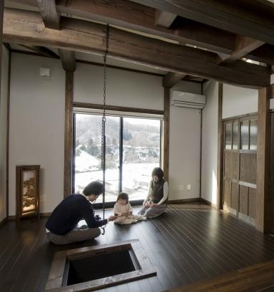 居間には堀囲炉裏があり、家族や仲間が集う場となります。