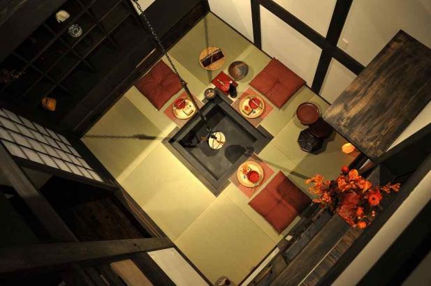 ロフトの小窓から見下ろす囲炉裏の間