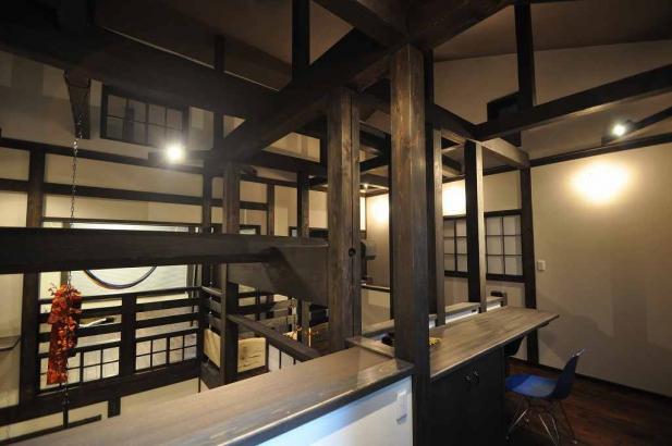 囲炉裏の間を囲む階段ホールの書斎