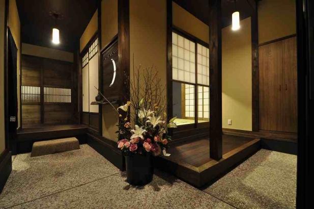 L字の玄関土間。玄関土間の板間に腰掛けて寛ぐこともできます。