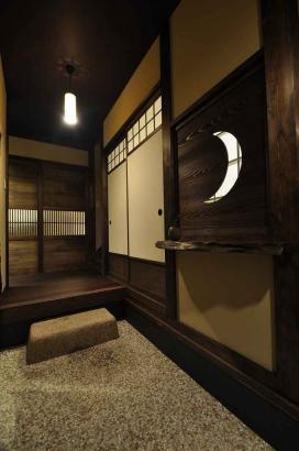 玄関土間と和室の間の月をモチーフにした建具