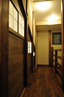 2階の渡り廊下。左手の扉からリビングを見下ろせます。