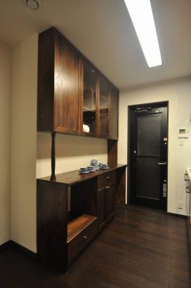 家具デザイナー甲斐氏のアンティークな雰囲気のオリジナル食器棚