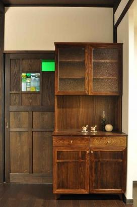 ステンドグラスの建具とフレイデザイン甲斐氏の食器棚