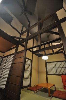 畳の間は寝室、開放感のある天井