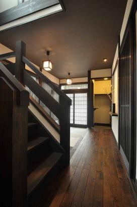 町家手摺の階段と格子戸