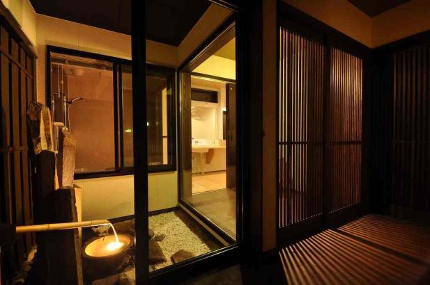 温泉宿のような坪庭のある寝室