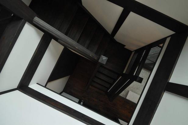 吹抜から見下ろす階段室