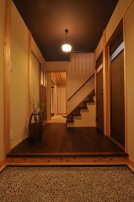 白木と茶色の塗装が混在した玄関