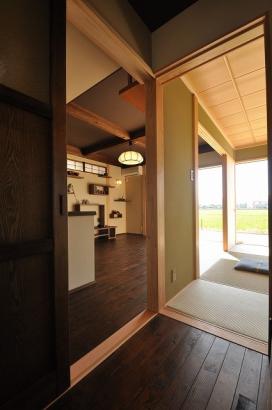 白木の上品な和室と昔懐かしさが漂う居間