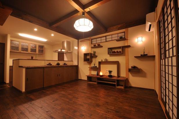 猫の階段兼飾り棚がある居間