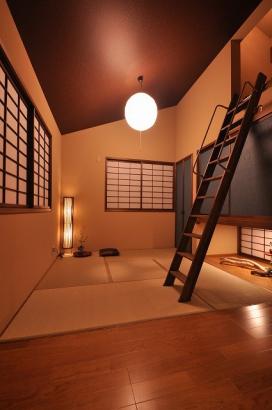寝室からの階段は瞑想部屋へ